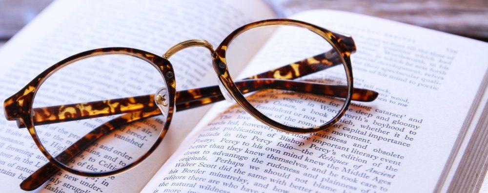 眼鏡と本の画像