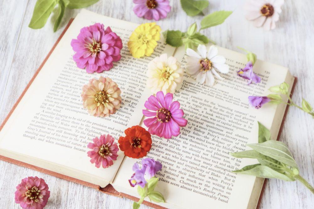 花と本のイメージ画像